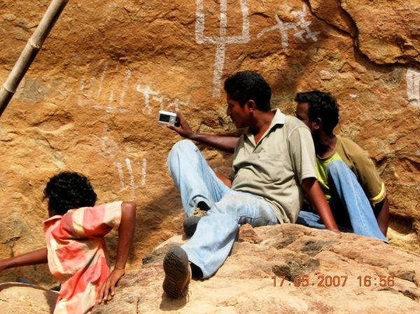 ஓவியங்களை பிரதியெடுக்கிறார் காந்திராஜன்